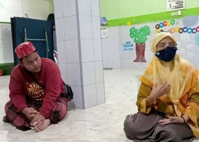 Edi Gunawan, (kiri), santri Ponpes Jeha di eks lokalisasi Dolly, Surabaya saat ditemui Basra, Kamis (17/6/2021) lalu. (Foto: Basra) tugu jatim