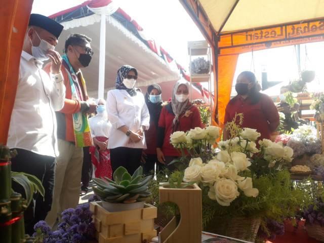 Beragam tanaman bunga tampak indah ketika Dewanti Rumpoko meresmikan mall bunga. (Foto: Sholeh/Tugu Jatim)