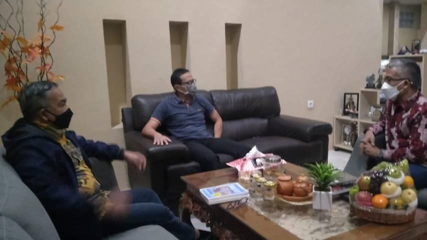 Dr Aqua bersilaturahim dengan Wakil Dekan I Filkom Unpad yang baru saja meraih gelar guru besar, yakni Prof Dr Atwar Bajari MSi.(Foto: Dokumen/Tugu Jatim)