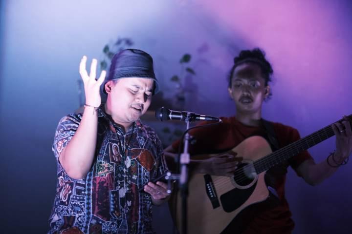 Acara Mustajab Saja Tour 2021 Fajar Merah di Ekologie Malang, Minggu (20/6/2021) dibuka dengan pertunjukan membaca puisi oleh Dani Alifian. (Foto: Dokumen/Fajar Merah)