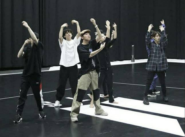 Boy group BTS. (Foto:@bts.bighitofficial/Tugu Jatim)