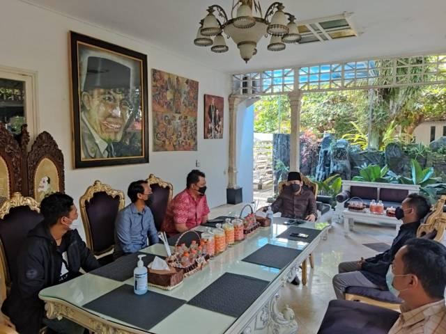 Tim Tugu Media Group yang membawahi Tugujatim.id dan Tugumalang.id, dipimpin langsung CEO Tugu Media Group melakukan silaturahim ke Bupati Trenggalek, H. Mochamad Nur Arifin, atau akrab dipanggil Gus Ipin. (Foto: Dokumen)
