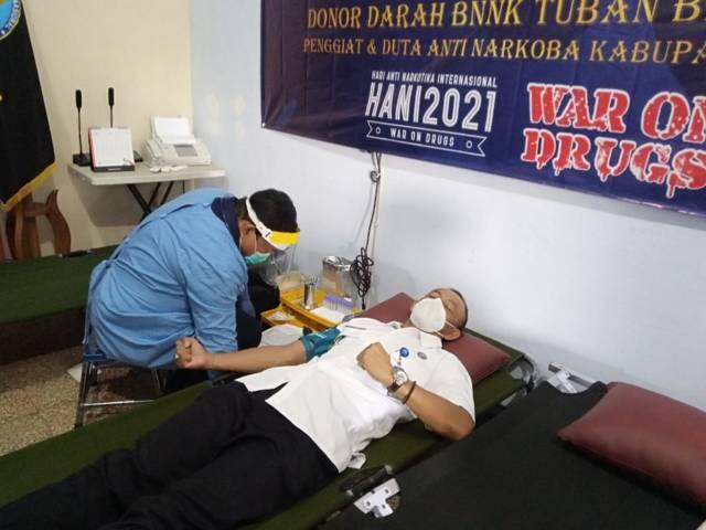 Kepala BNNK Tuban, AKBP I Made Arjana ikut donor darah di kantor BNNK Tuban, Selasa (20/6/2021). (Foto: Mochamad Abdurrochim/Tugu Jatim) narkoba