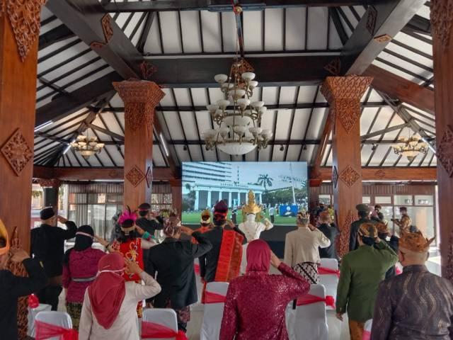 Forkopimda Kota Batu dan jajarannya saat mengikuti upacara memperingati Hari Lahir Pancasila di Pendopo Rumah Dinas Wali Kota Batu, Selasa (1/6/2021). (Foto: M Sholeh)
