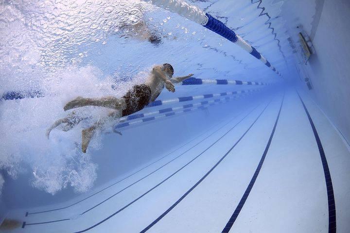 Ilustrasi olahraga berenang. Salah satu jenis olahraga yang cocok dilakukan bagi Anda yang memiliki penyakit asma. (Foto: Pixabay) tugu jatim, rekomendasi olahraga