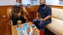 Aqua Dwipayana bersama Kakanwil VII BCA Weminto Suryadi di ruang kerja Weminto, Rabu (16/6/2021) lalu. (Foto: Dokumen) tugu jatim