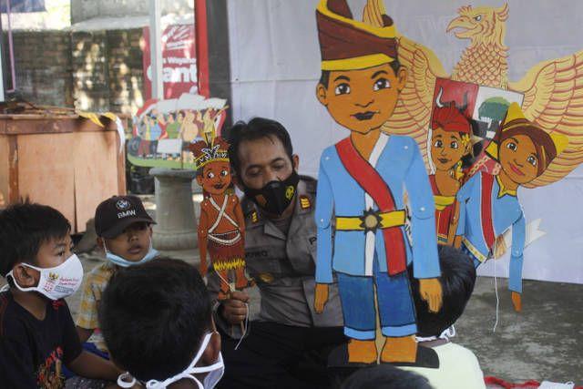 AKP Bowo Wicaksono, Kapolsek Puncu Polres Kediri yang mempertunjukkan wayang dengan tema Pancasila. (Foto: Rino Hayyu/Tugu Jatim)