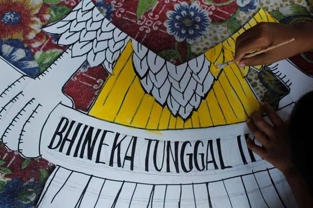 Bhinneka Tunggal Ika. Beraneka ragam, tapi tetap satu. Semboyan bangsa Indonesia yang juga terpampang di lambang Garuda Pancasila. (Foto: Rino Hayyu/Tugu Jatim)