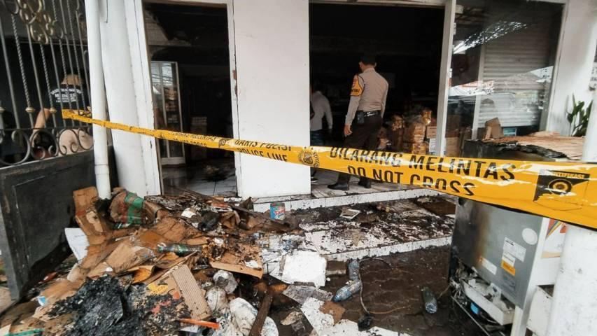 Petugas Damkar Kota Malang tengah dalam proses pemadaman kebakaran di toko kelontong depan Mapolsek Kedungkandang, Jalan Ki Ageng Gribig, Kota Malang, Minggu (13/6/2021). (Foto: M Ulul Azmy/Tugu Jatim)