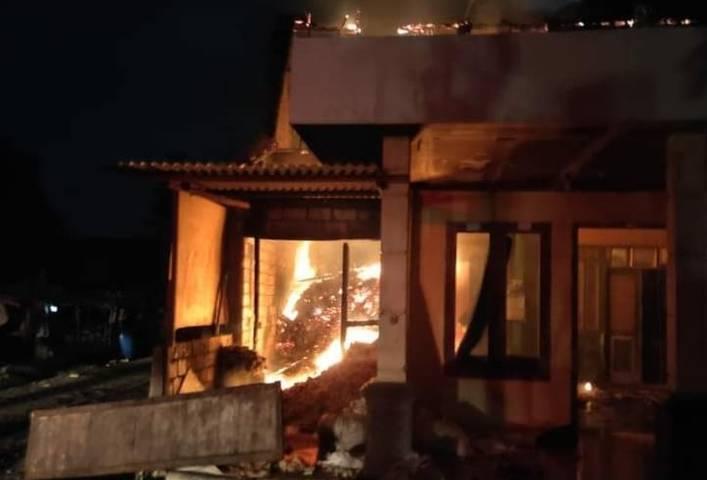 Suasana kebakaran yang melanda rumah tukang becak asal Dusun Semanding, Desa Tegalrejo, Kecamatan Merakurak, Selasa (22/6/2021) dini hari. (Foto: BPBD Tuban) tugu jatim kebakaran