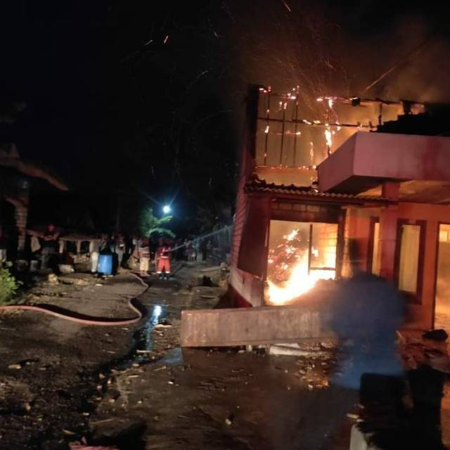 Suasana kebakaran yang melanda rumah tukang becak asal Dusun Semanding, Desa Tegalrejo, Kecamatan Merakurak, Selasa (22/6/2021) dini hari. (Foto: BPBD Tuban)