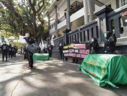 Aktivis Buruh Migran di Malang Gotong Keranda Mayat untuk Wakil Rakyat