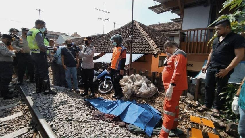 Situasi lokasi kejadian di persimpangan rel KA tanpa palang pintu di Kotalama, Kota Malang yang menewaskan 1 orang pengendara motor, Minggu (13/6/2021). (Foto: M Ulul Azmy/Tugu Jatim)
