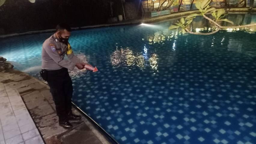 Kolam renang di Hotel Bukit Daun, Kecamatan Semen, Kabupaten Kediri yang merenggut bocah berusia 4 tahun, Minggu (13/6/2021). (Foto: Rino Hayyu/Tugu Jatim) tenggelam