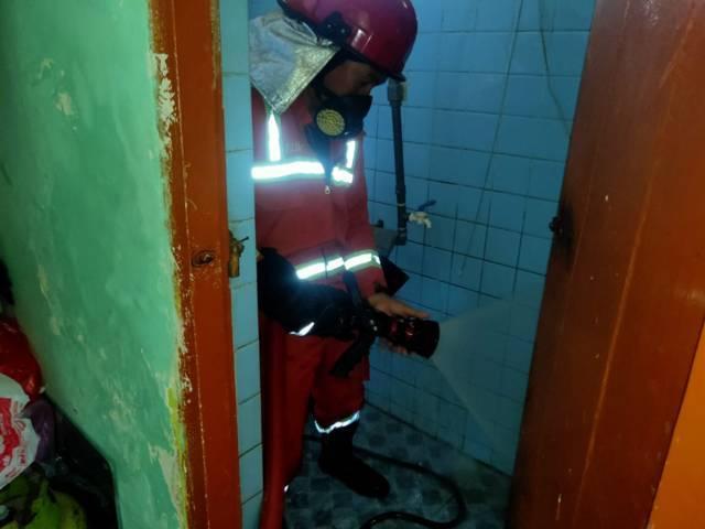Jajaran petugas pemadam kebakaran dari BPBD Kabupaten Tuban saat berusaha memadamkan api yang menyambar kompor elpiji di tempat jasa laundry di Kecamatan Tuban, Kabupaten Tuban, Selasa (1/6/2021). (Foto: BPBD Tuban)