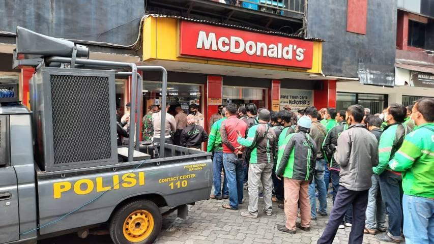 Antrean driver ojol dampak dari promo BTS Meal di gerai McDonald's Sarinah Kota Malang yang kemudian terpaksa ditertibkan polisi, Rabu (9/6/2021). (Foto: M Ulul Azmy/Tugu Jatim)