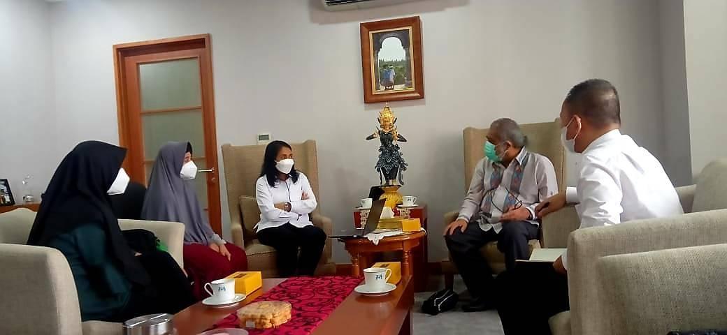 Kedua korban didampingi Ketua Komnas PA, Arist Merdeka Sirait ketika memberikan kesaksian kepada Menteri PPPA yang didampingi Deputi PA Kementerian PPPA (Foto: Dokumen/Komnas PA) tugu jatim