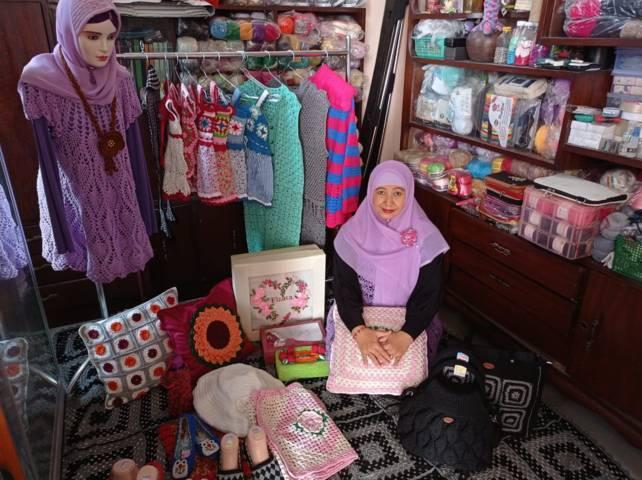 Yunita Nur Hasanah pemilik Griya Rajut Fizata di Puri Dander Asri Bojonegoro yang telah menggeluti hobi merajut sejak kecil hingga hasilkan produk yang bisa dipasarkan. (Foto: Mila Arinda/Tugu Jatim)