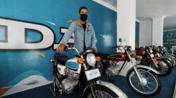 Salah seorang guru SMK NMC Malang bersama deretan motor klasik hasil restorasi. (Foto: M Ulul Azmy/Tugu Jatim)