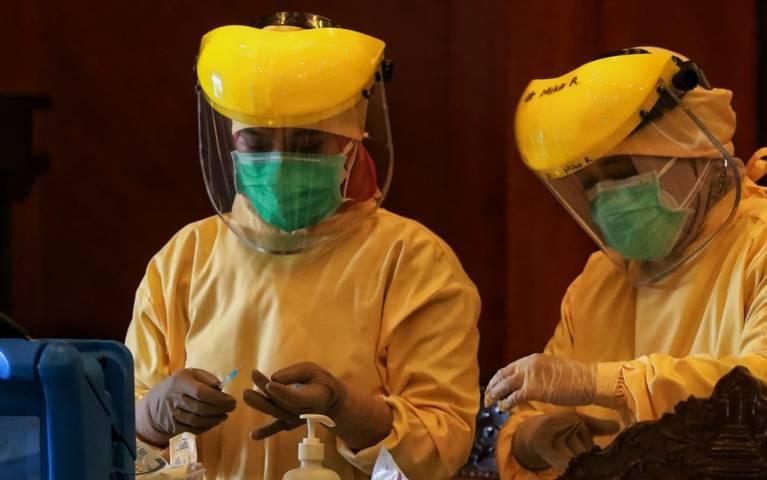 Tenaga kesehatan di Kota Malang saat proses persiapan vaksinasi. (Foto: Rubianto/Tugu Malang/Tugu Jatim)