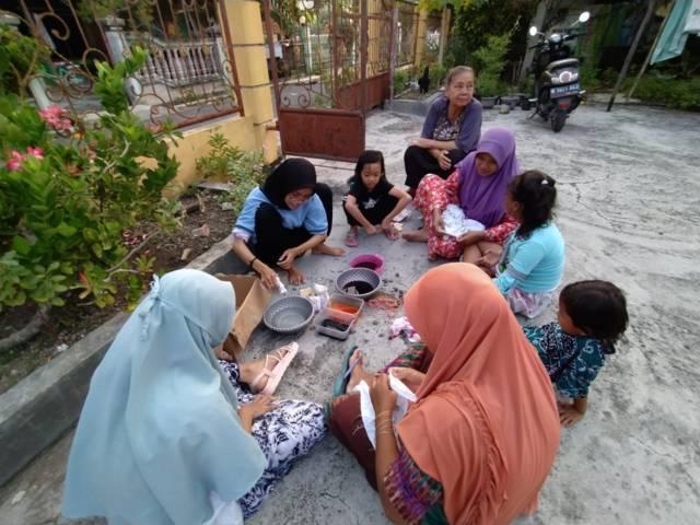Proses pembuatan dan penyampaian materi terkait kain motif dengan teknik shibori yang dilakukan mahasiswa KKN asal Universitas Negeri Malang (UM), Nur Laila Indra, di Lamongan Mei 2021 lalu. (Foto: DOkumen)