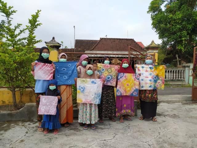 Warga di Desa Klagensrampat, Kecamatan Maduran, Kabupaten Lamongan memaerkan kain motif buatannya yang dibuat menggunakan teknik shibori. (Foto: Dokumen)