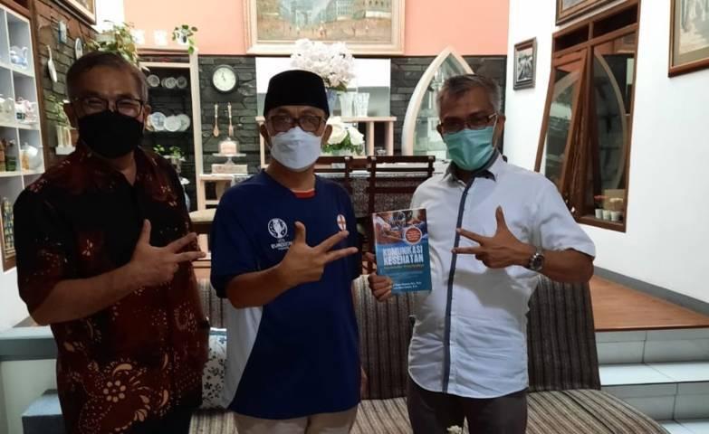 Penulis (baju putih) bersama pakar komunikasi dan motivator Dr Aqua Dwipayana dan gurubesar Fikom Unpad Prof Deddy Mulayan, MA, PhD (tengah). (Foto: Dokumen)