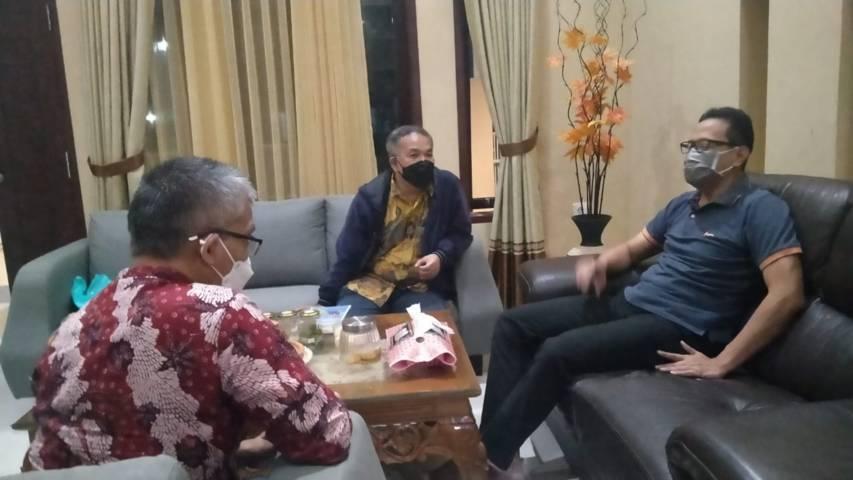 Penulis bersama pakar komunikasi dan motivator Dr Aqua Dwipayana (tengah) bersilaturahim ke Guru Besar Fikom Unpad Prof Dr Drs Atwar Bajari, MSc (kanan) di kediamannya di kawasan Manglayang, Bandung, Jawa Barat.