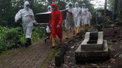 Petugas pemulasaraan jenazah Covid-19 tengah melakukan proses memakamkan pasien Covid-19 di UPT PPU Kota Malang, Kamis (24/6/2021). (Foto: Rubianto/Tugu Malang/Tugu Jatim)