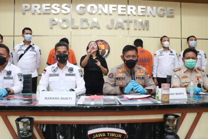 Kabidhumas Polda Jatim Kombes Gatot Repli Handoko menjelaskan kasus penyelundupan ribuan benih lobster jenis pasir dan mutiara, Selasa (15/06/2021). (Foto: Polda Jatim) tugu jatim