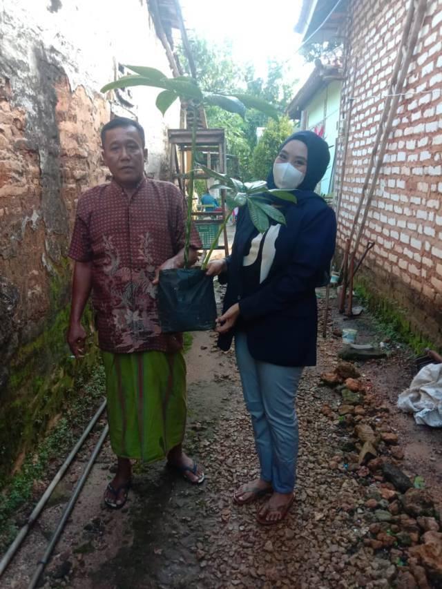 Mahasiswa KKN asal Universitas Negeri Malang (UM) saat melakukan pengembangan tanaman porang di Sumenep April lalu. (Foto: Dokumen)