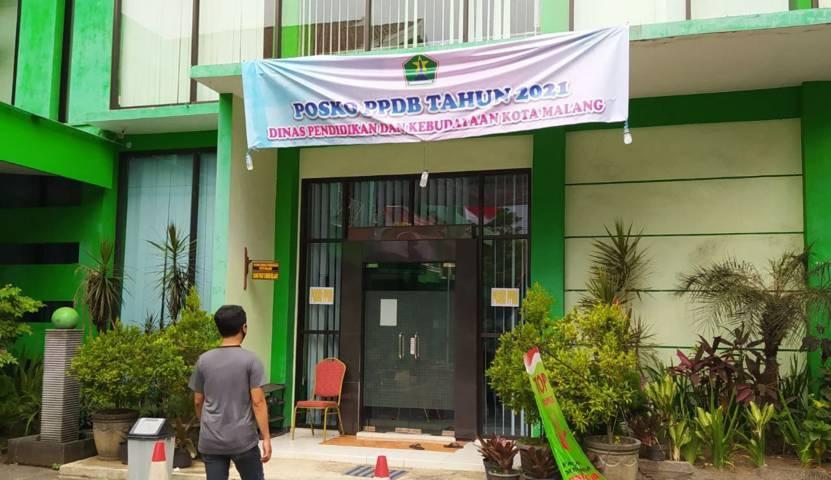 Posko aduan soal PPDB Online di Kantor Disdikbud Kota Malang, Jalan Veteran. (Foto: M Ulul Azmy/Tugu Jatim)