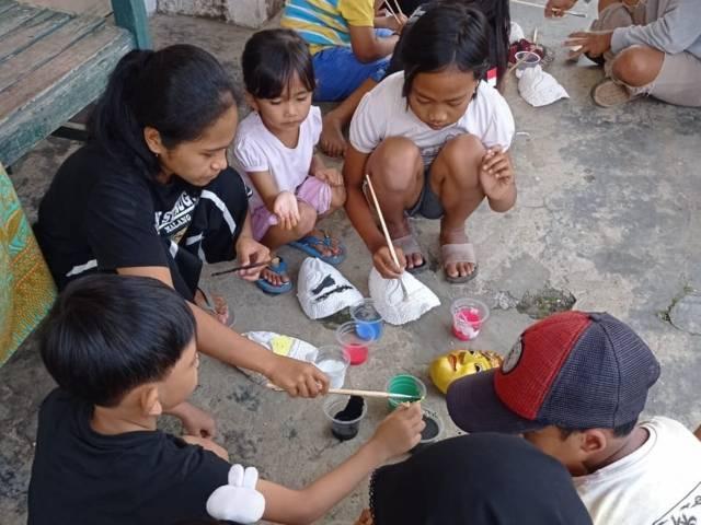 Komunitas Preman Mengajar memberi edukasi pengenalan topeng malangan. (Foto: Dokumen/Komunitas Preman Mengajar)