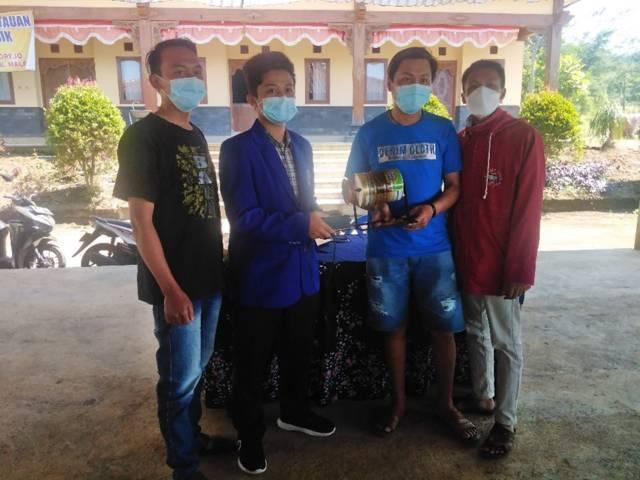 Alat roasting kopi dari kaleng susu bubuk bekas yang ditunjukkan oleh para mahasiswa KKN Sinambung UM 2021 di Desa Selorejo, Kecamatan Dau, Kabupaten Malang. (Foto: Dokumen)
