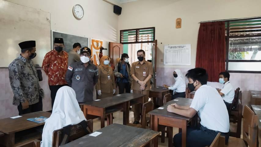 Wali Kota Malang Sutiaji saat meninjau proses uji coba sekolah tatap muka di SMP Negeri 6 Malang beberapa waktu lalu. (Foto: M Ulul Azmy/Tugu Jatim)
