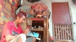 Yayang Novrianto, perajin seni barongan asal Kabupaten Trenggalek yang tak pernah berhenti berkarya untuk menghasilkan pundi-pundi ekonomi keluarga. (Foto: M Zamzuri/Tugu Jatim) jaranan barongan trenggalek