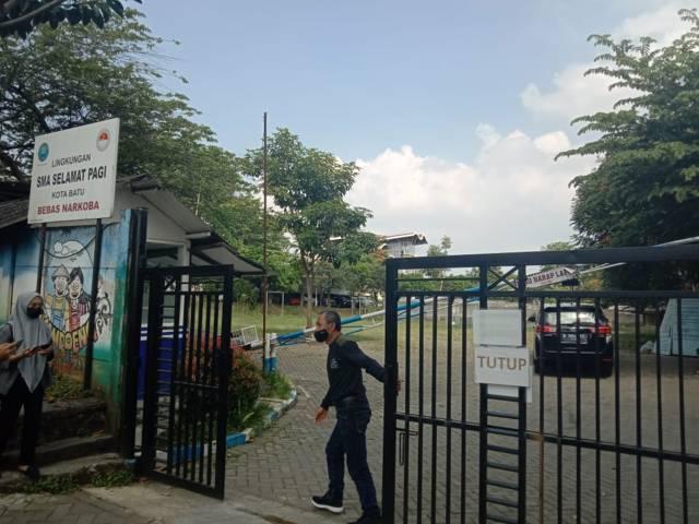 Suasana gerbang depan SMA Selamat Pagi Indonesia (SPI) usai ramainya dugaan kasus pelecehan seksual yang dilakukan founder sekolah terhadap belasan siswa yang kini sudah jadi alumni. (Foto: M Sholeh/Tugu Jatim)