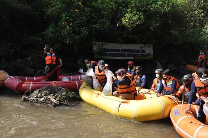 Wali Kota Batu, Dewanti Rumpoko melepaskan benih ikan ke Sungai Brantas, Minggu (20/6/2021). (Foto: Diskominfo Kota Batu)