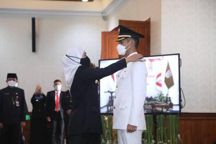 Gubernur Jatim, Khofifah Indar Parawansa ketika melantik Bupati Tuban, Aditya Halindra Faridzki di gedung Negara Grahadi, Surabaya, Minggu (20/6/2021). (Foto: Humas Pemkab Tuban)