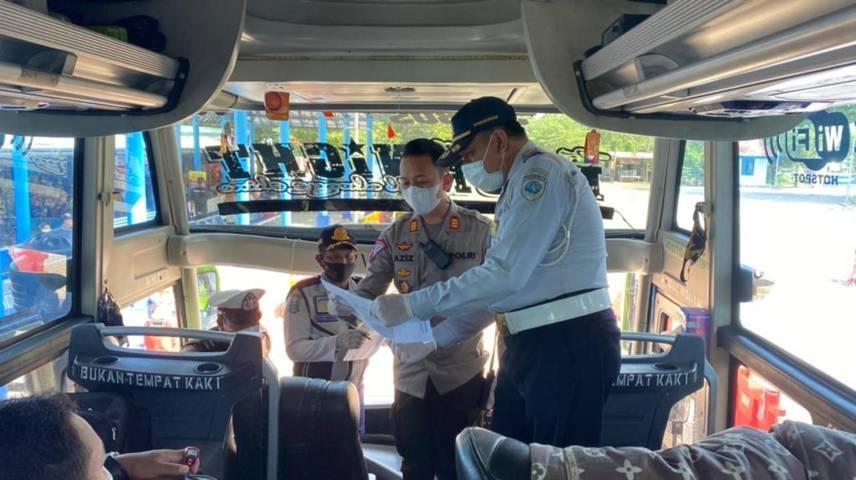 Tim Gabungan Satuan Tugas Covid-19 yakni Polres Bangkalan, Kodim 0829, Dishub, dan Satpol PP saat melakukan razia di Terminal Bangkalan, Senin (14/6//2021). (Foto: Polres Bangkalan)