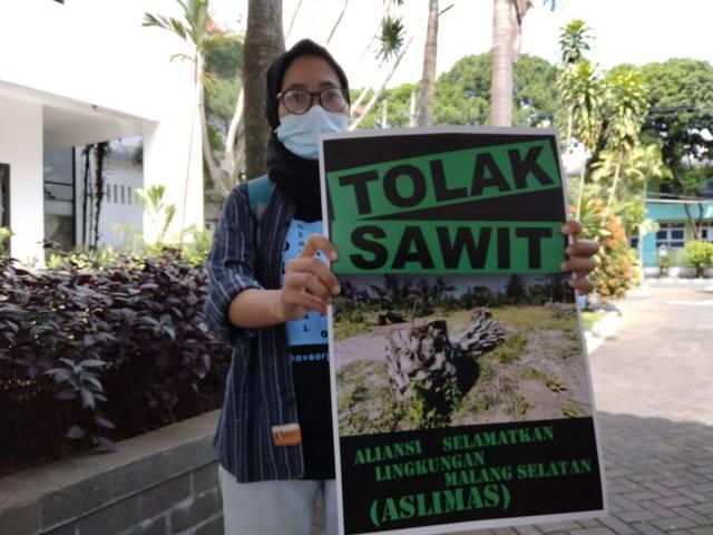 Aktivis lingkungan dari Aliansi Selamatkan Lingkungan Malang Selatan (ASLIMAS) yang memprotes adanya rencana perkebunan atau lahan sawit di daerah Kabupaten Malang. (Foto: Rizal Adhi/Tugu Jatim)