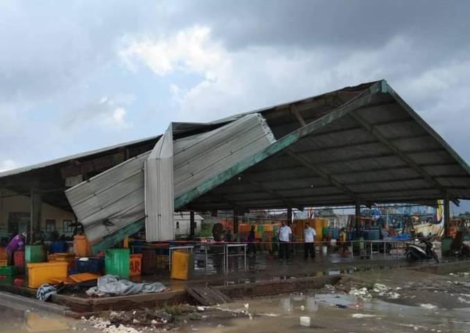 Kondisi atap TPI Palang, Tuban yang masih menggantung dan membahayakan bagi pekerja dan nelayan usai diterjang angin kencang, Rabu (30/6/2021). (Foto: BPBD Tuban)
