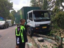 Truk Ekspedisi Tabrak Pagar Lapangan Rampal Malang hingga Roboh