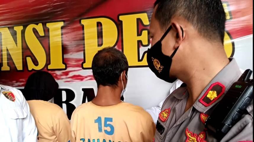 Kapolres Tuban, AKBP Ruruh Wicaksono bersama pelaku perkosaan terhadap anak kandung sendiri saat sesi konferensi pers di Mapolres Tuban, Rabu (2/6/2021). (Foto: Mochamad Abdurrochim/Tugu Jatim)