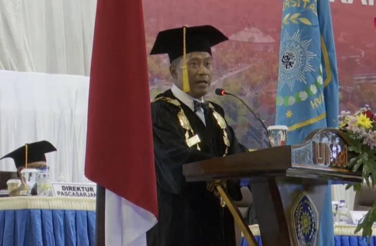 Rektor UMM, Dr. Fauzan, M.Pd saat menyampaikan sambutannya pada gelaran wisuda UMM ke-100 Selasa (29/6/2021). (Foto: Dokumen/UMM)