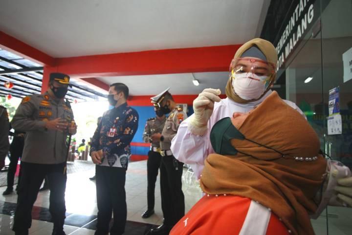 Kapolresta Malang Kota AKBP Budi Hermanto saat meninjau program vaksinasi lewat Arema Police Sobo Kelurahan di Stadion Gajayana Malang, Jumat (25/6/2021). (Foto: Rubianto/Tugu Malang/Tugu Jatim)