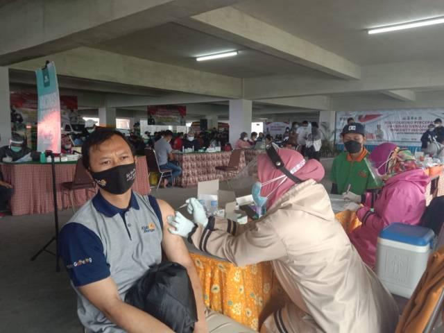 Pelaku usaha pariwisata menjalani vaksinasi Covid-19 di Jatim Park 2 Kota Batu, Rabu (23/6/2021). (Foto: M Sholeh/Tugu Malang/Tugu Jatim) herd immunity