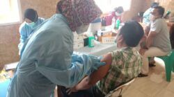 Suasana saat masyarakat Kota Batu tengah menjalani vaksinasi Covid-19 tahap dua. (Foto: M Sholeh/Tugu Jatim)