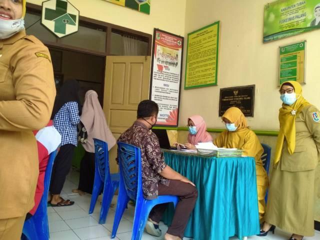 Suasana proses antrean vaksinasi terhadap para guru di di UPTD Puskesmas Palang, Kabupaten Tuban, Senin (14/6/2021). (Foto: Mochamad Abdurrochim/Tugu Jatim)