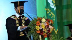 Rektor UIN Sunan Ampel Surabaya Prof. H. Masdar Hilmy, S.Ag., M.A, Ph.D kala menyampaikan pesan untuk para lulusan baru. (Foto: Humas UIN Sunan Ampel Surabaya)
